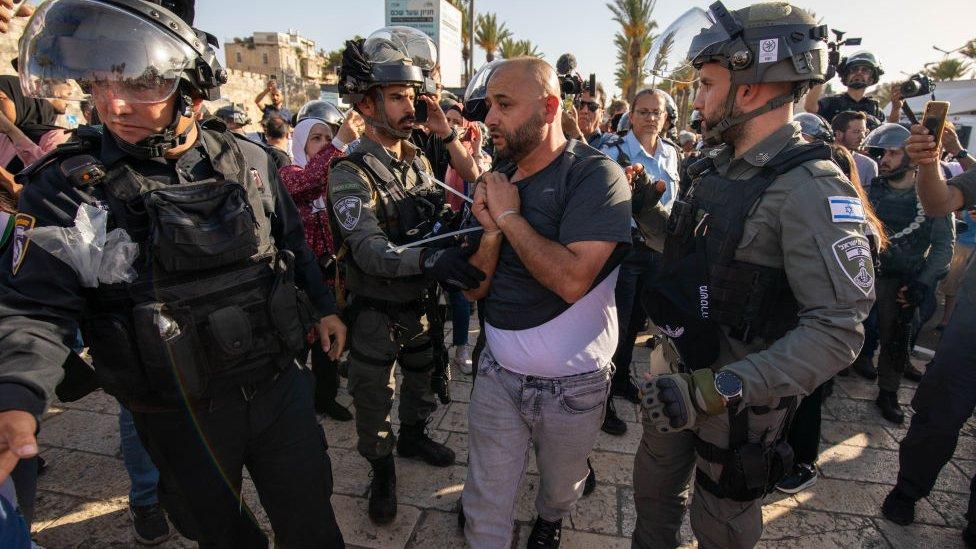 الشرطة الإسرائيلية فرقت بالقوة بعض الفلسطينيين الذين تجمهروا عند زيارة بن غفير لباب العمود يوم 10 يونيو اعتقلت البعض
