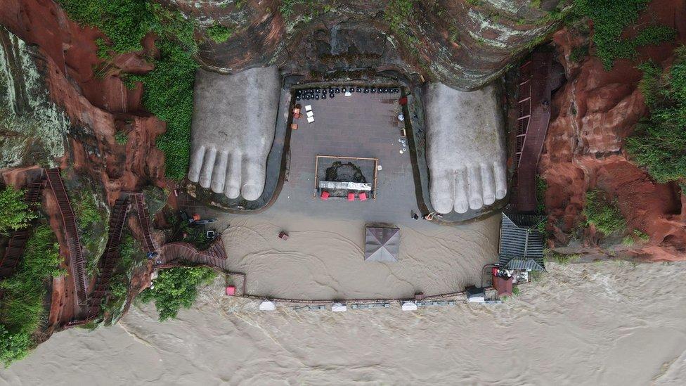 水位在上周達到了雕像的底部並持續上升。