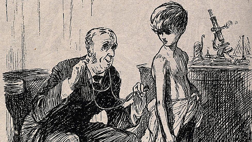 Doctor examinando a niño con estetoscopio moderno