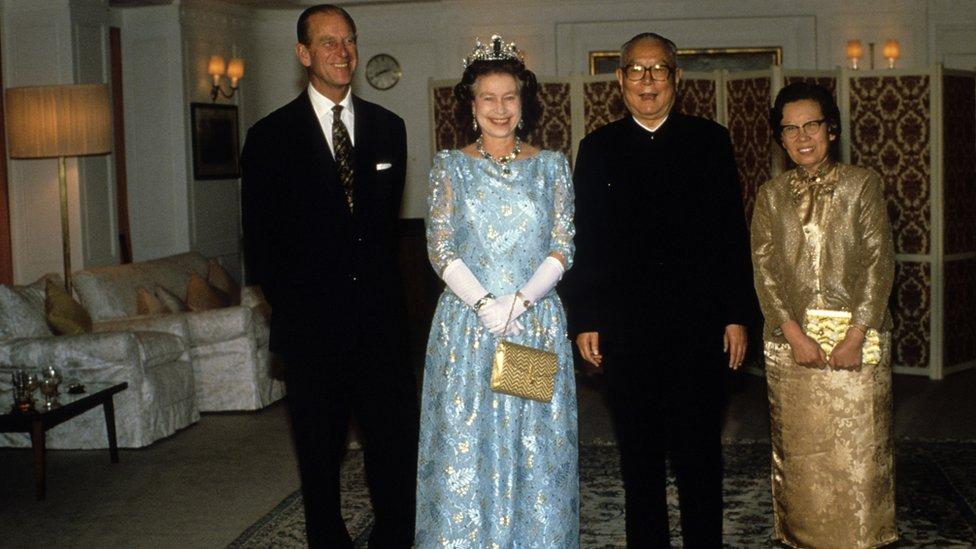 (從左至右)菲利普親王、女王伊麗莎白二世、李先念與林佳楣在停靠上海的不列顛尼亞號上(15/10/1986)