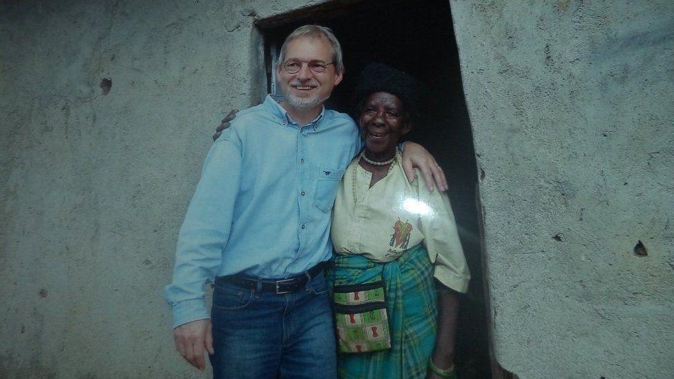 Zura Kaumhimbi con una de las personas a las que salvó la vida en su refugio.