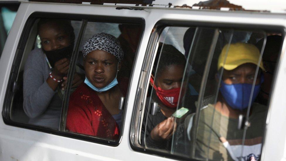 Personas comparten un coche abarrotado en Sudáfrica, uno de los países más afectados por el covid-19