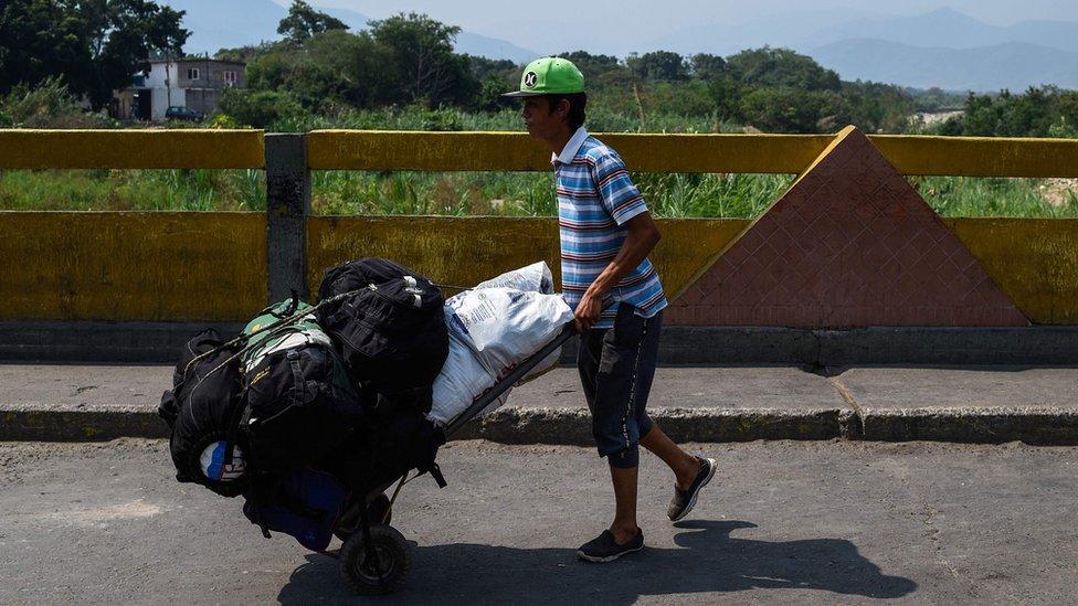 Persona cruzando de Colombia a Venezuela al puente Simón Bolívar.