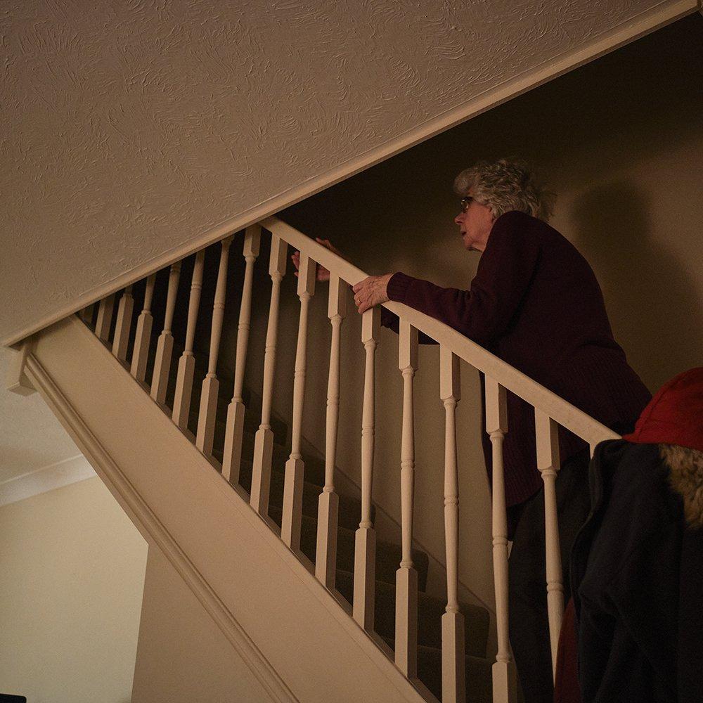 žena se penje uz stepenice