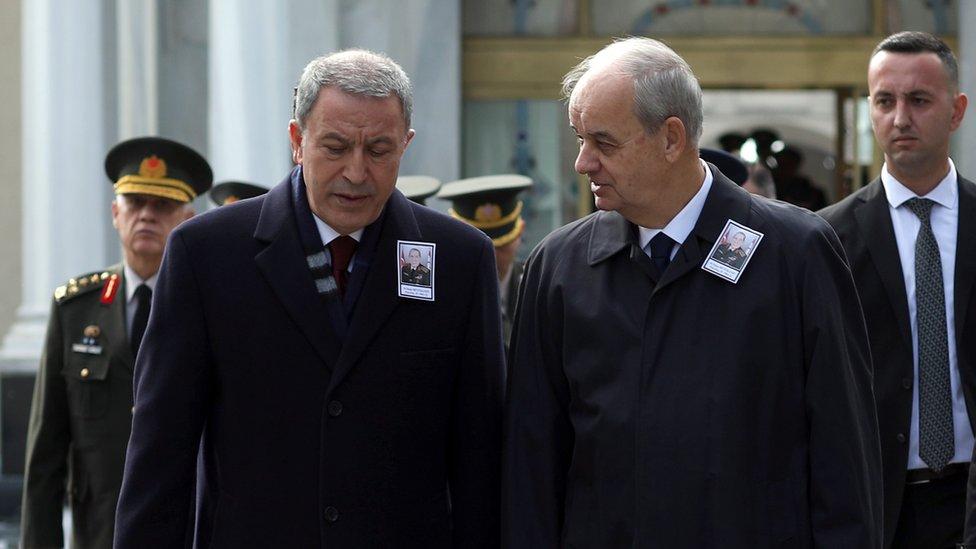 Savunma Bakanı Hulusi Akar ve Eski Genelkurmay Başkanı İlker Başbuğ, Kasım 2019'da Eski Genelkurmay Başkanı Yaşar Büyükanıt'ın cenazesinde bir araya gelmişti