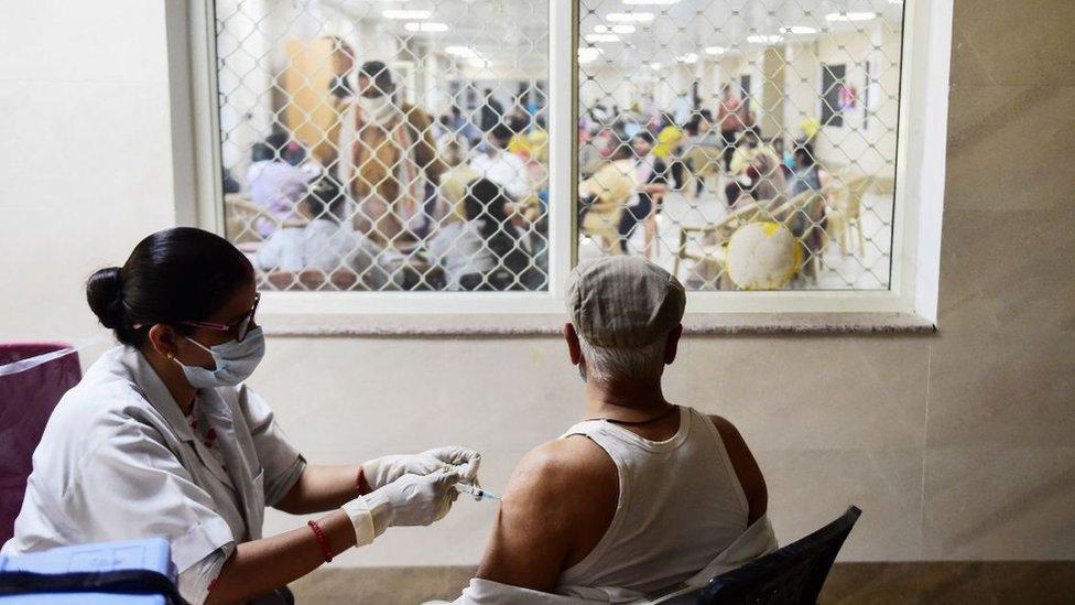 Seorang pekerja medis menyuntik vaksin virus corona, di Moti Lal Nehru Medical College di Allahabad, India (01/04).