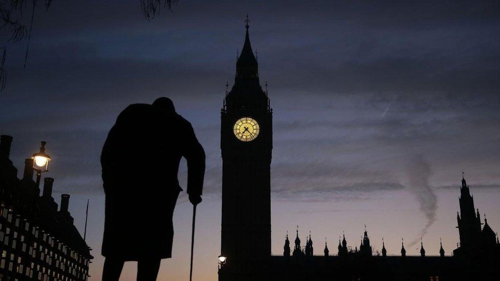 Anciano con bastón frente al Big Ben en Londres
