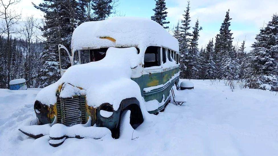 """El autobús de """"Into the Wild"""" cubierto de nieve."""