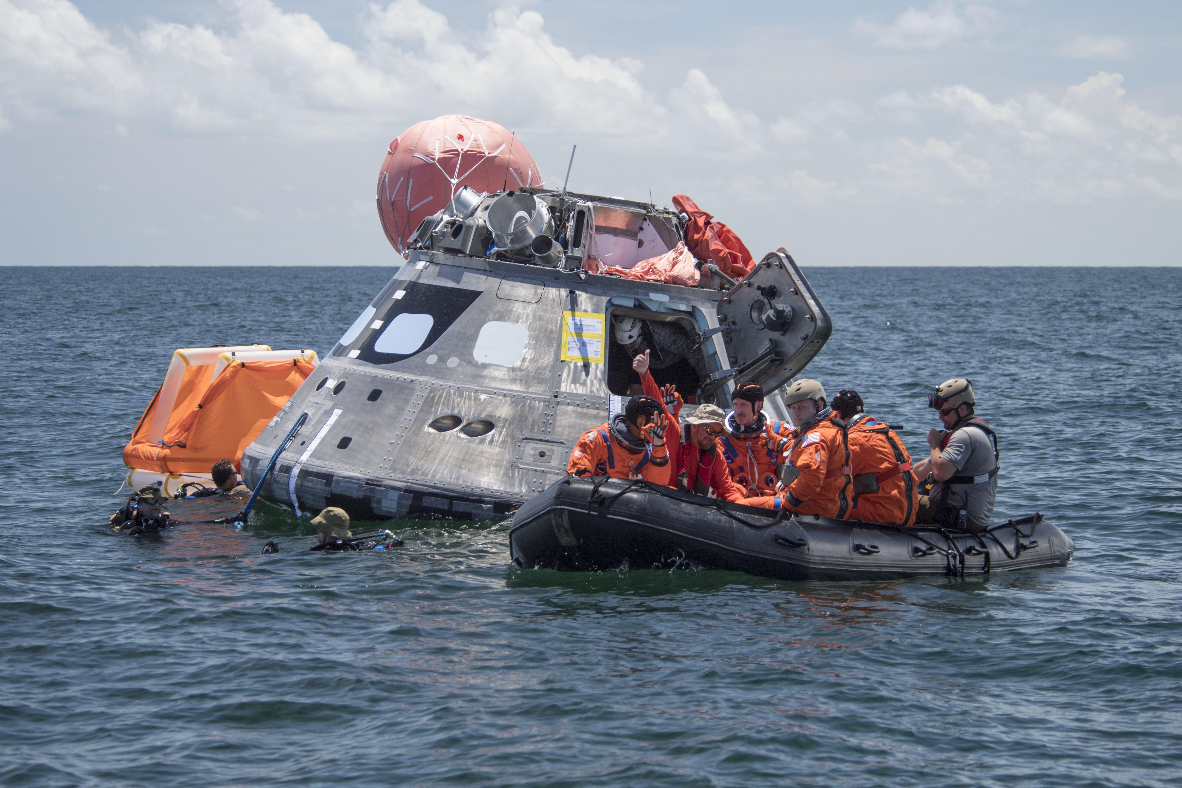 Un equipo de rescate en el mar