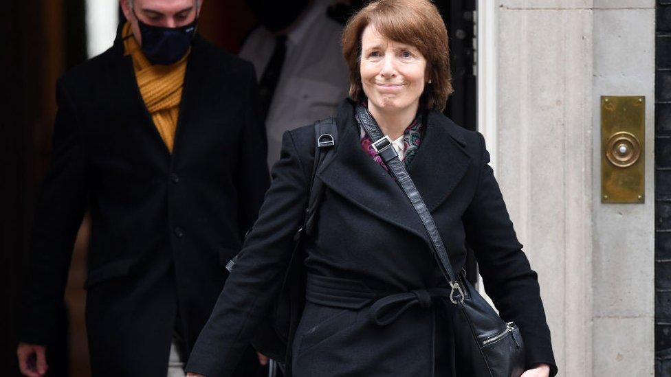 June Rain a la salida de la sede de gobierno tras anunciar la aprobación de la vacuna.
