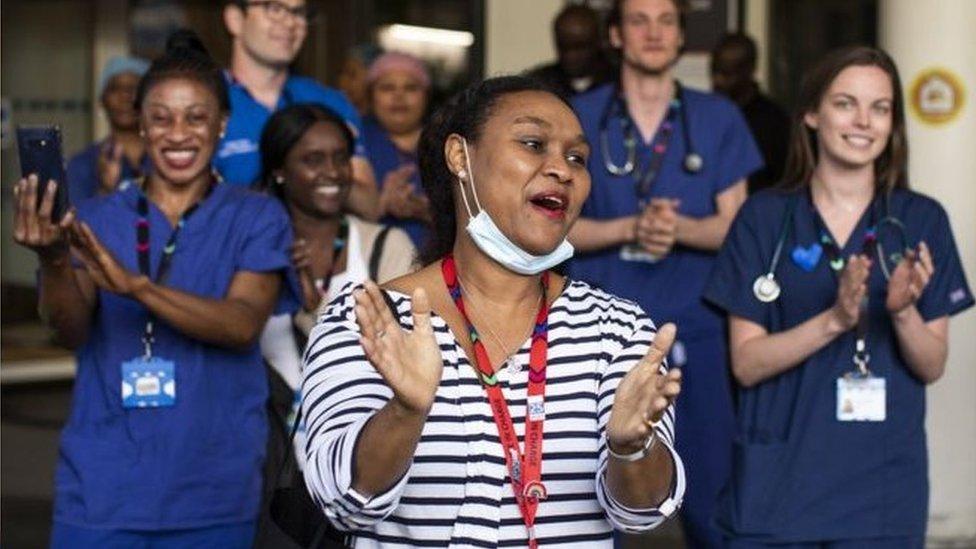 英國防疫隔離期間,每周四傍晚民眾都會在門口鼓掌,向NHS致意。