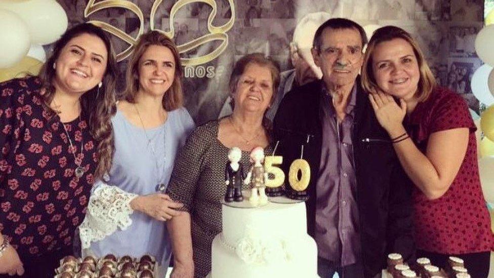 Irene (centro) y Norberto (a su izquierda) habrían celebrado su 54 aniversario de bodas en mayo