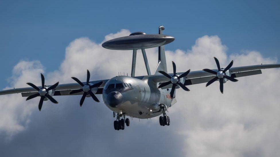 طائرة من طراز (كي جي -500) تحلق في السماء قبل المعرض الجوي للصين 2021