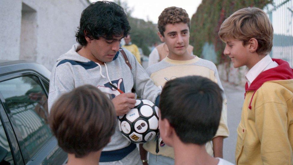 Maradona junto a niños