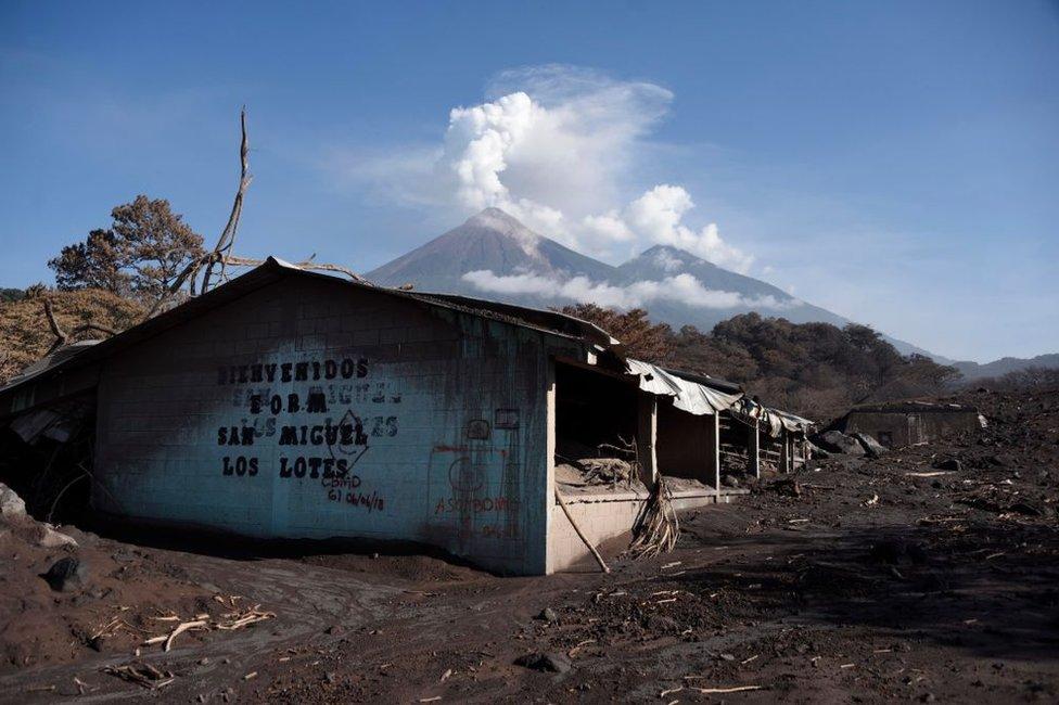 Una casa de San Miguel Los Lotes con el Volcán de Fuego detrás, en Guatemala.