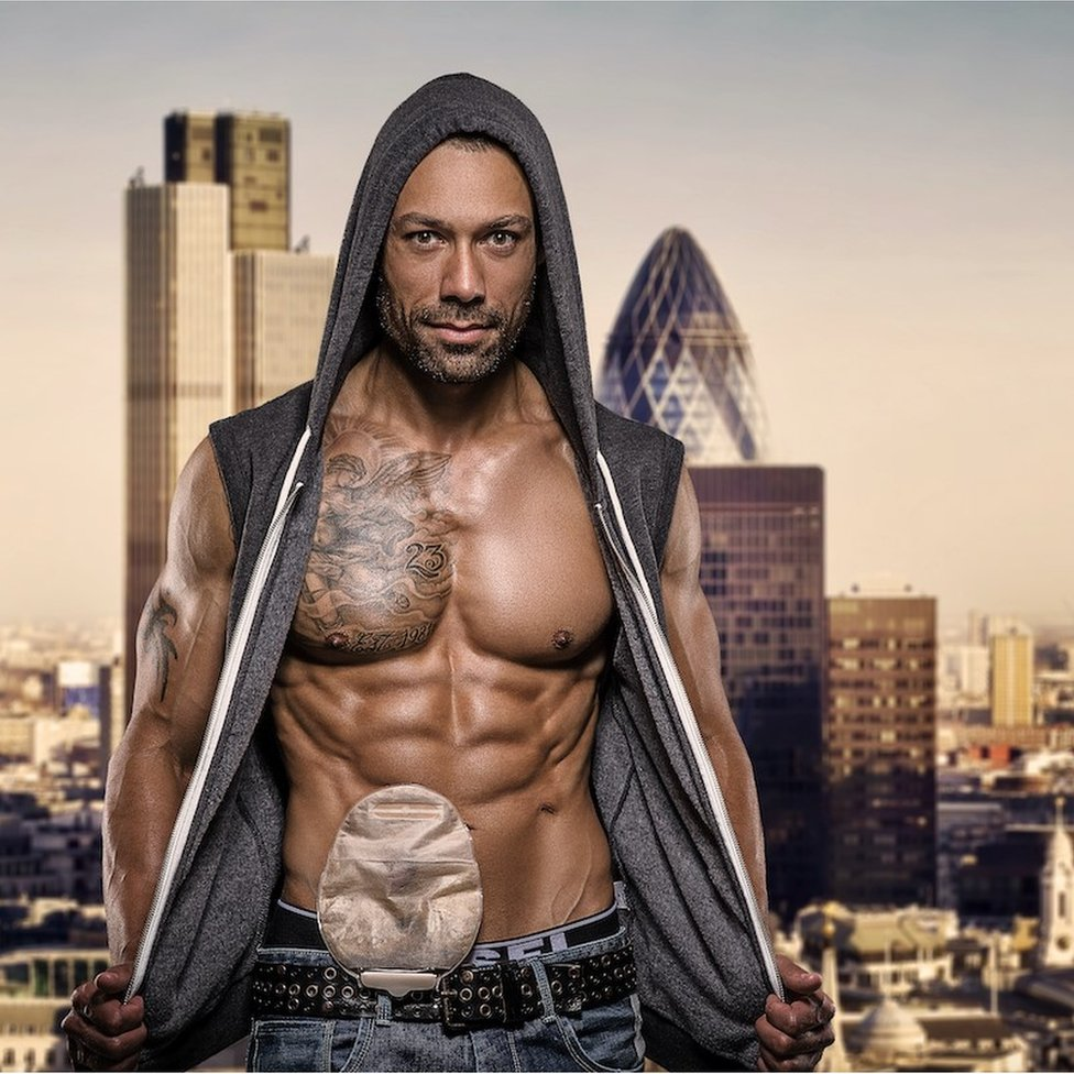 Blake Beckford frente un paisaje de Londres.