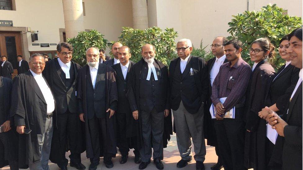 مسلمانوں کا موقف رکھنے والے وکیلوں کی ٹیم