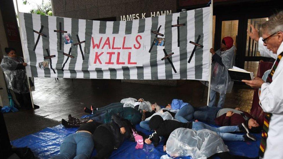 """Pancarta """"Los muros matan"""""""