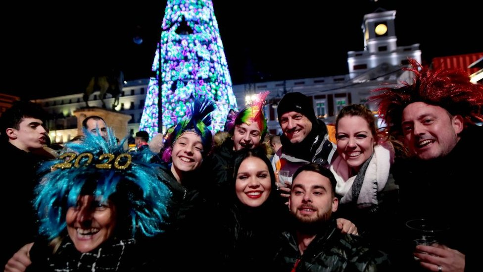 Personas celebran la llegada del año nuevo en Madrid