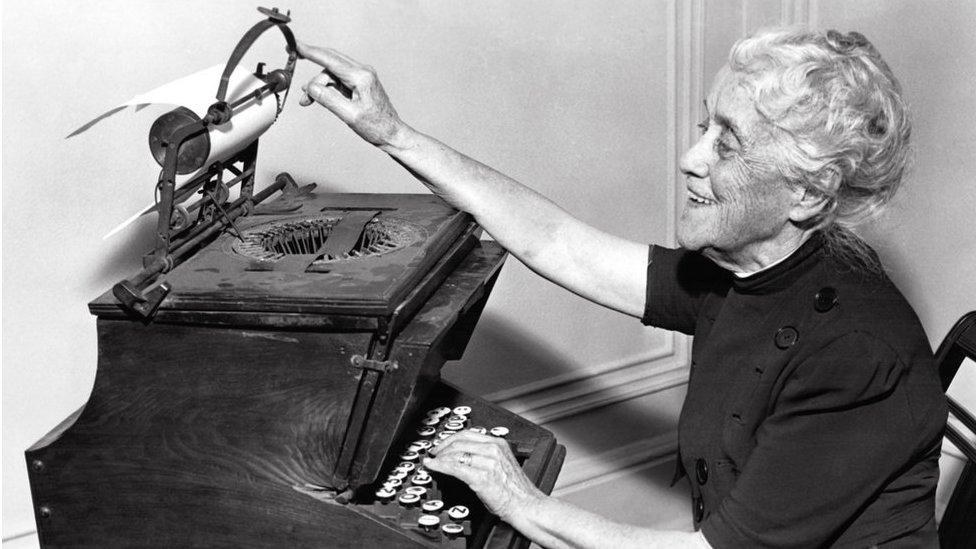 La hija de Christopher Latham Sholes, Lillian Sholes Fortner, con la máquina de escribir de su padre en 1939.