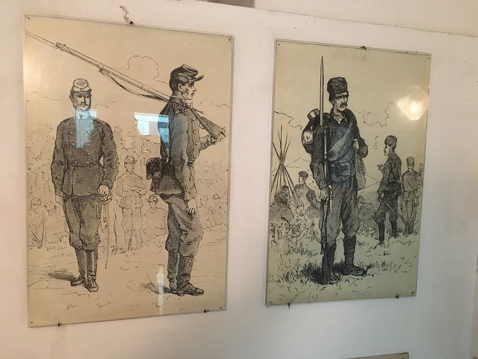 Slika iz Muzeja Timočke bune u Boljevcu - Sa leve strane vojnik stajaće vojske, sa desne narodni vojnik