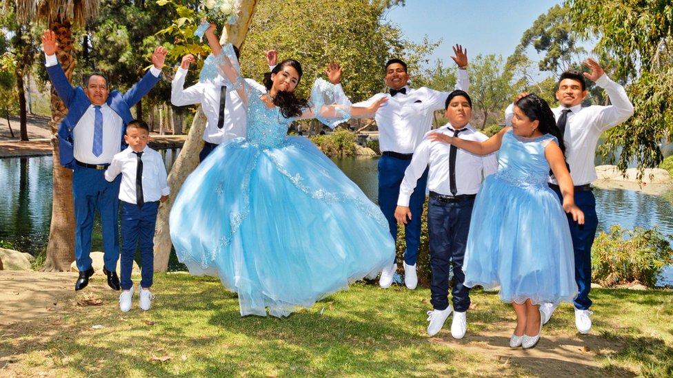 Foto de la familia entera saltando y sonriendo