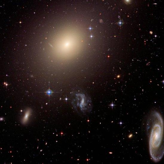 La galaxia ESO 325-G004 en el centro de una colección de galaxias