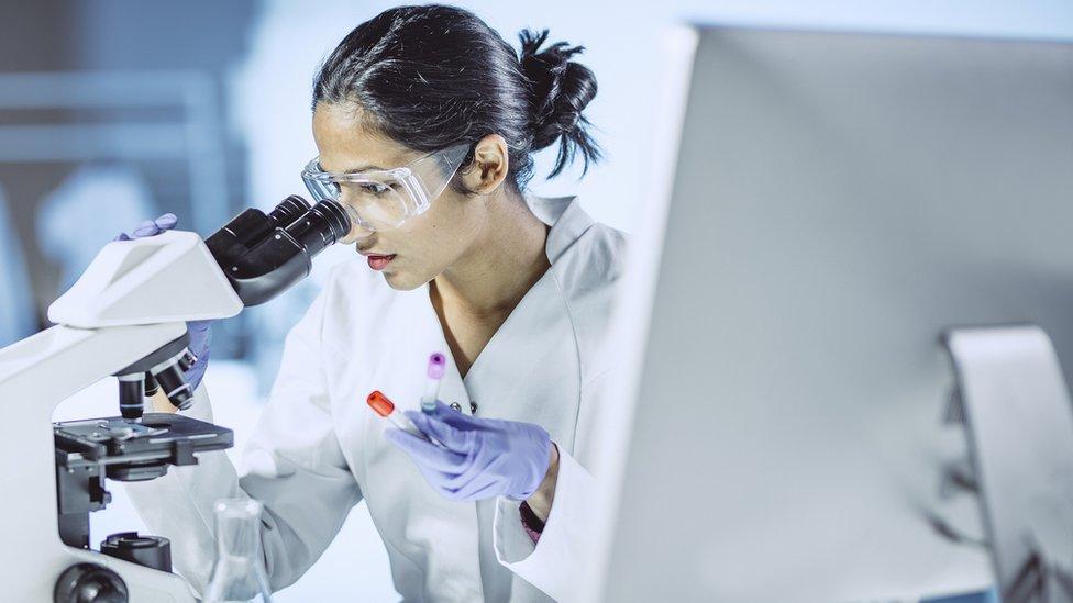 Investigadora en el laboratorio