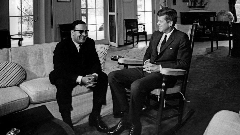 العيني مع الرئيس الأمريكي الراحل جون كيندي بعد تقديمه أوراق اعتماده كأول سفير في واشنطن 1962