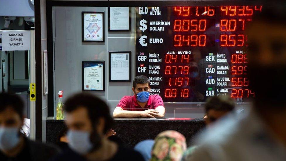 Türk Lirası neden diğer para birimlerinin aksine dolara karşı düşüyor?