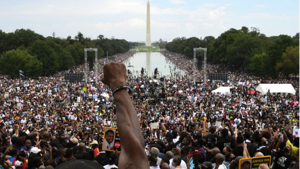 華盛頓林肯紀念堂前一名參與2020年向華盛頓進軍大遊行人士高舉拳頭(28/8/2020)