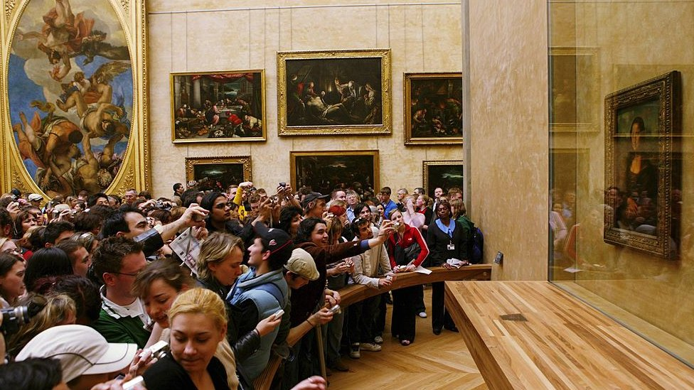 Salle des États with Mona Lisa in the Louvre