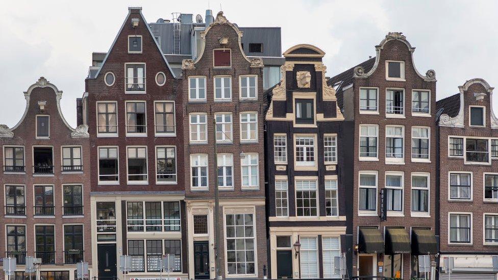 Casas en Ámsterdam frente a un canal