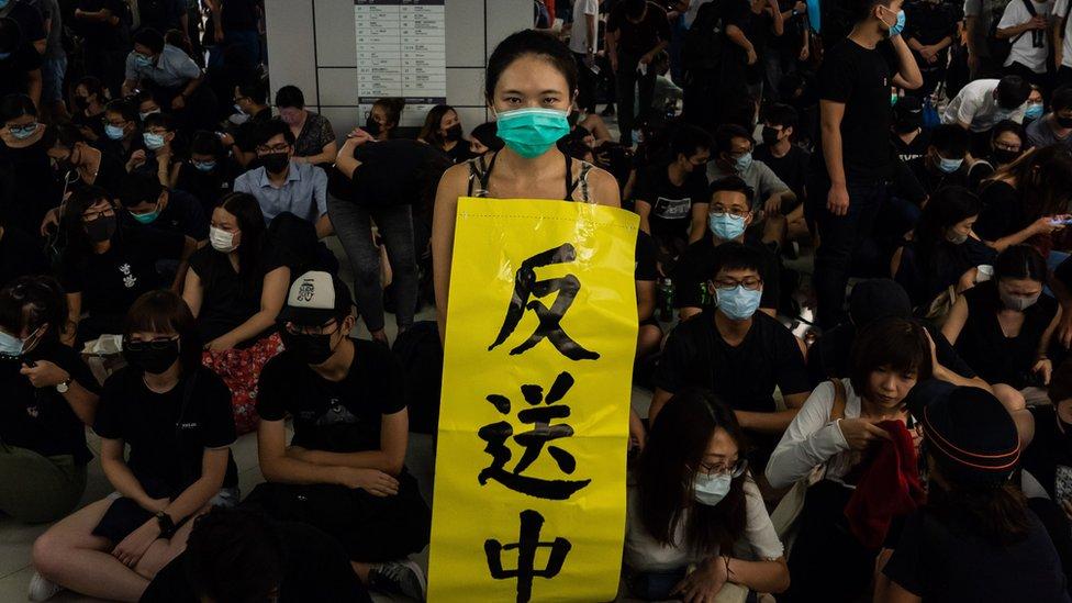 示威者在香港新界港鐵元朗站內舉起「反送中」橫幅抗議警方處理721襲擊事件手法(21/11/2019)