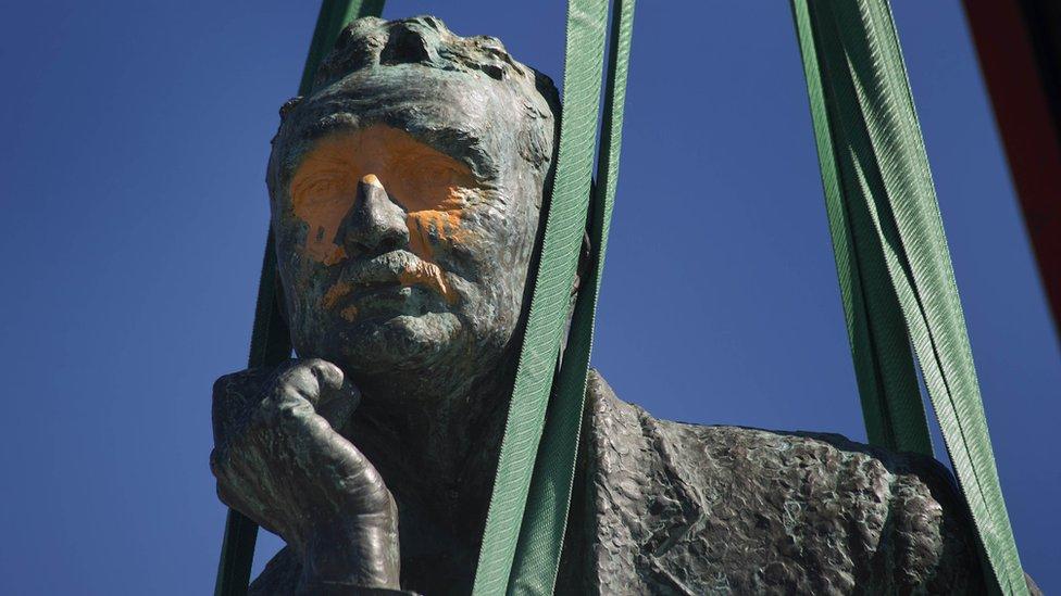 塞西爾·約翰·羅茲(Cecil John Rhodes,1853年7月5日-1902年3月26日),英裔南非商人,礦業大亨與政治家。南非開普敦大學他的一尊塑像2015年遭破壞後移除