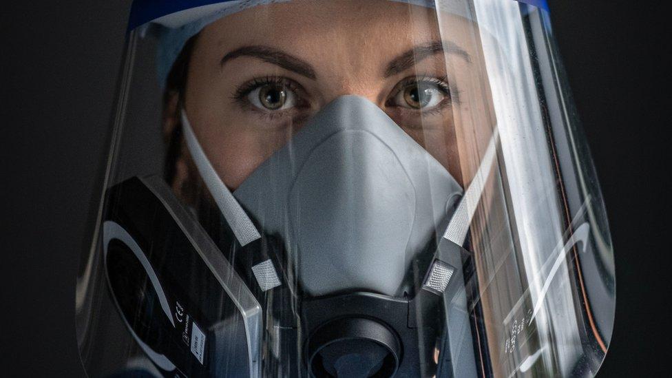 Enfermeira registra 'vida real' de colegas em UTI de covid-19 no Reino Unido