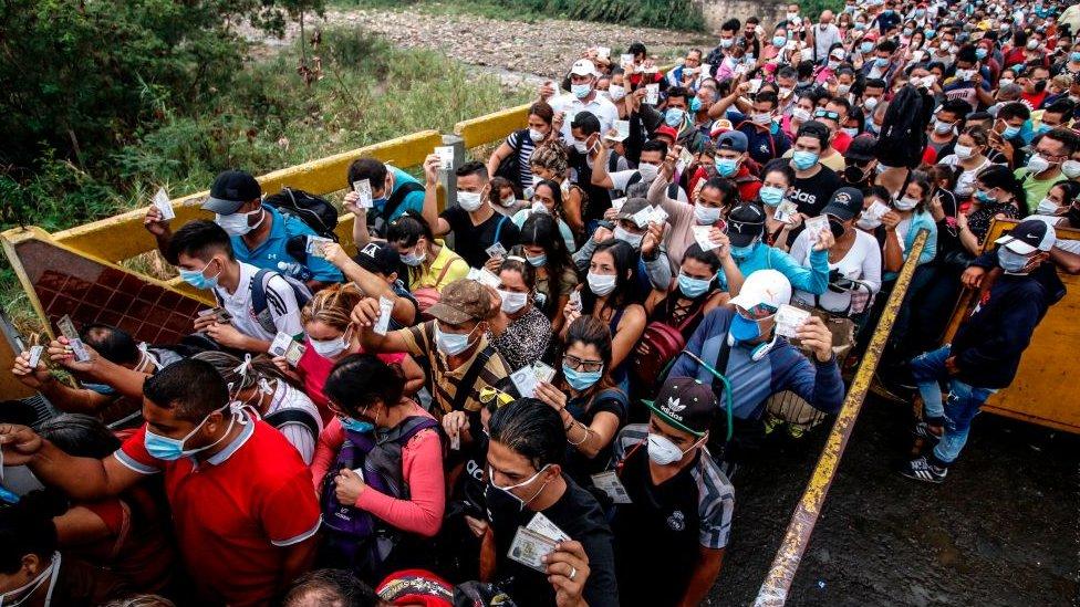 Gente cruzando la frontera entre Colombia y Venezuela