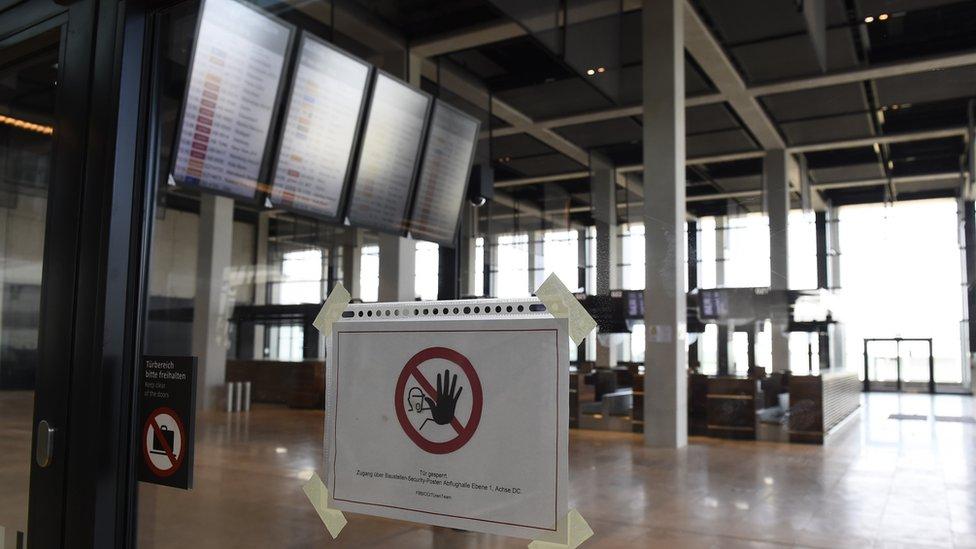 El BER tuvo varios problemas serios, entre ellos una grave falta de mostradores para atender a los pasajeros.
