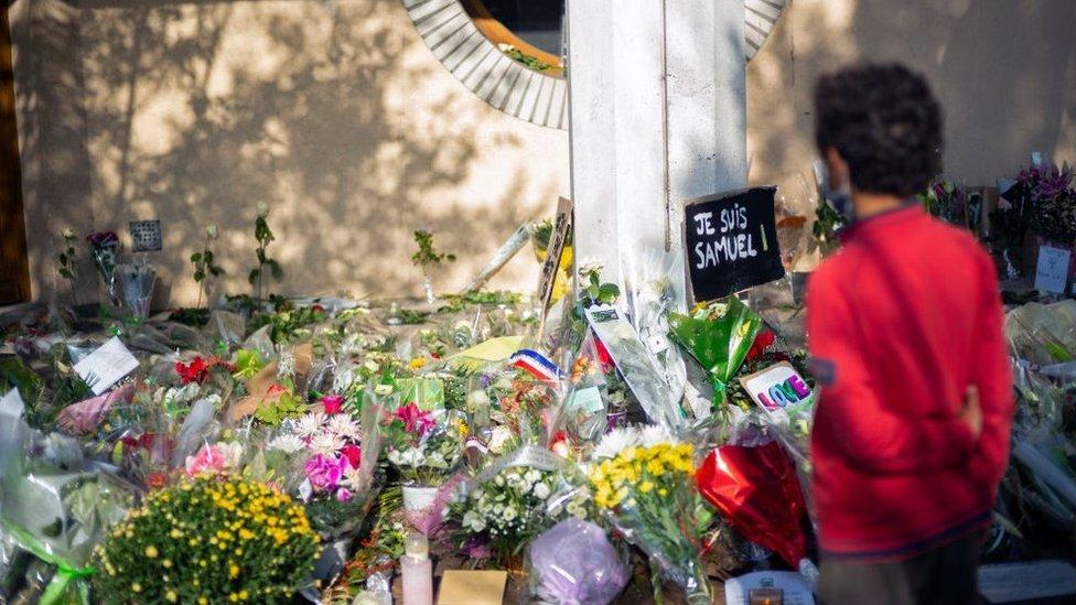 أكوام من الزهور تذكرا للمعلم.