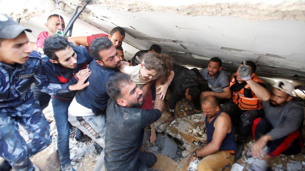 一名6歲女童早前被發現在瓦礫中仍然生還。