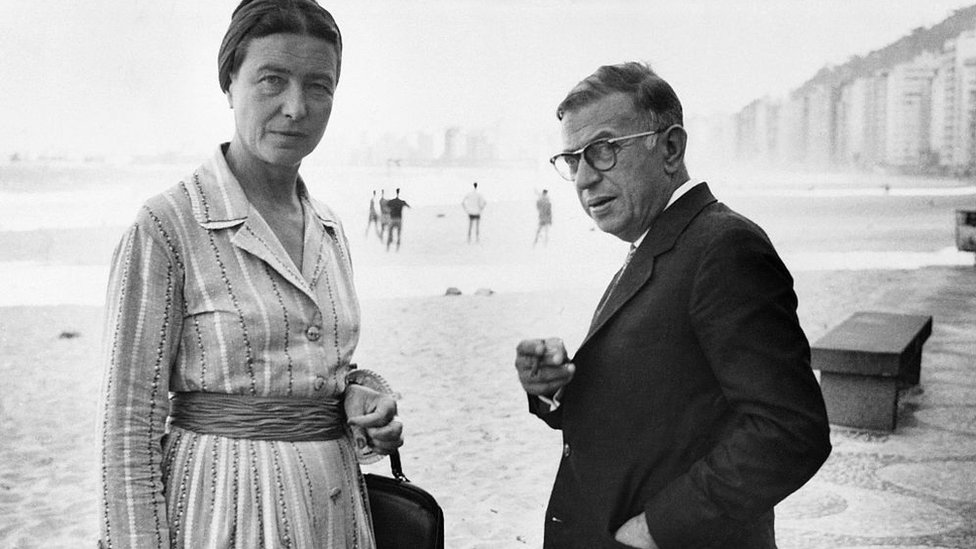 Beauvoir e Sartre posam para foto na praia de Copacabana, no Rio