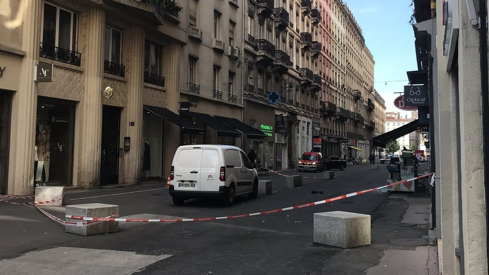 France Lyon: 'Parcel bomb' injures pedestrians
