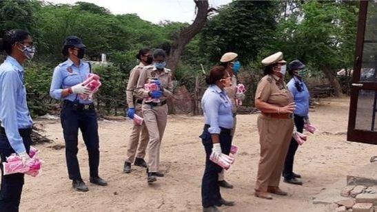 تقوم الشرطة بتوزيع الفوط الصحية في بعض المدن الهندية