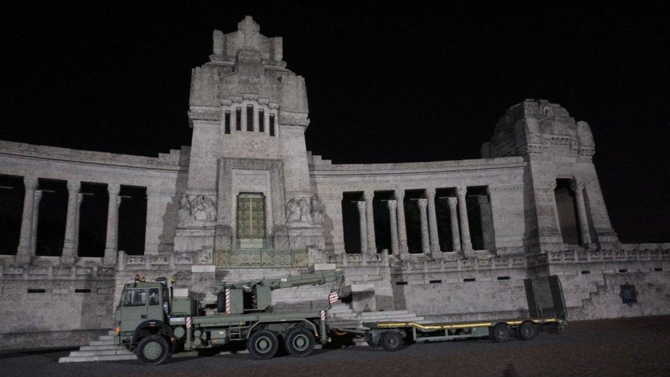 Un vehículo del ejército italiano delante del cementerio monumental de Bérgamo,la madrugada del jueves pasado.