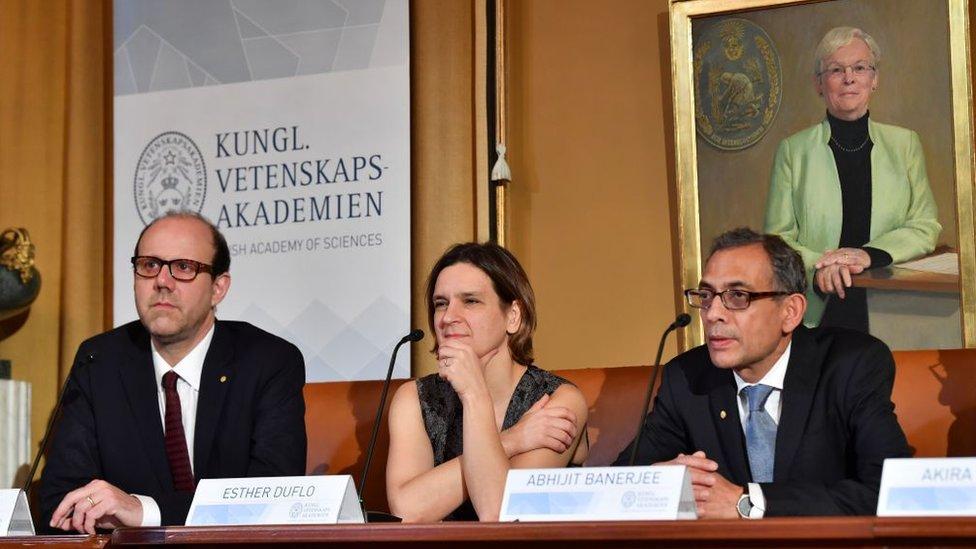 Michael Kremer, Esther Duflo y Abhijit Banerjee.