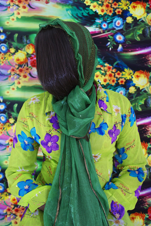 面部用頭髮遮擋的孟加拉國女性