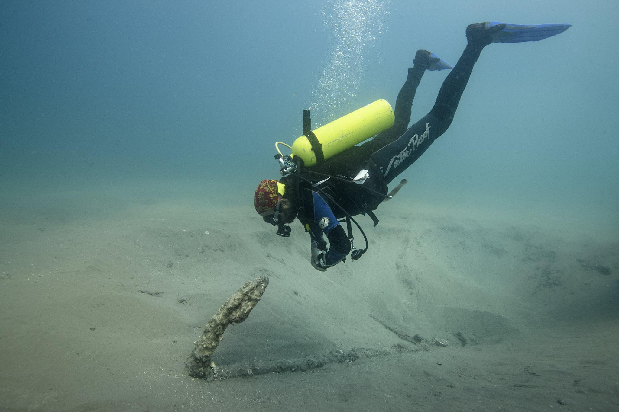 Roberto Junco frente a una de las anclas encontradas.