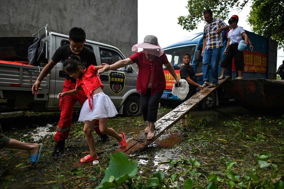 很多畫面顯示,洪水摧毀了大量農田和房屋,很多民眾只能靠衝鋒舟出行。