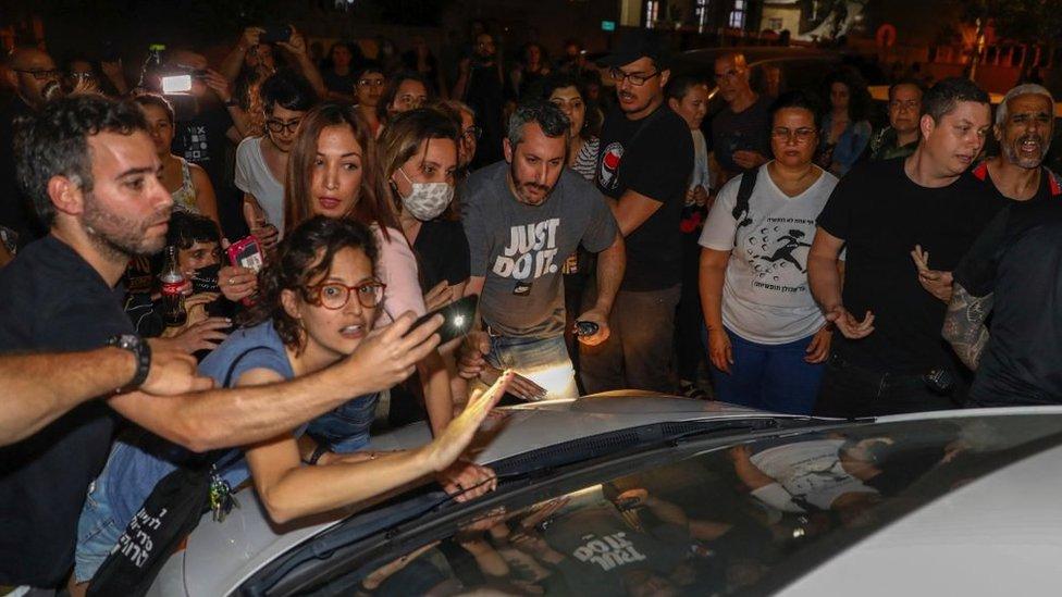 Manifestantes israelíes, judíos y árabes, en una manifestación en Jaffa el 19 de abril de 2021