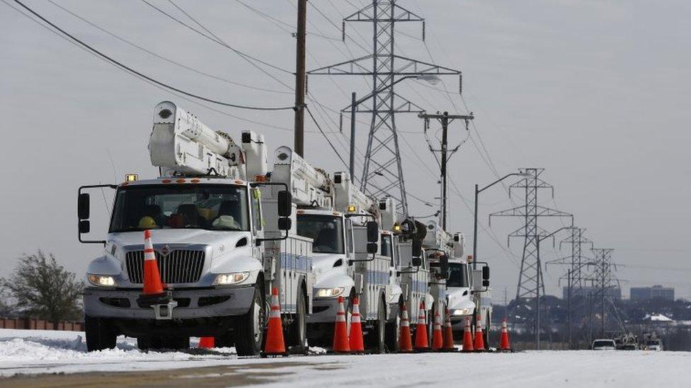 Carros de servicio eléctrico frente a líneas de suministro